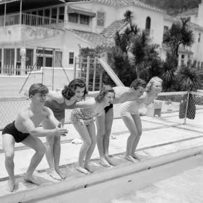 Young MGM stars gather for Judy Garland's 16th birthday party : Mickey Rooney, Ann Rutherford, Judy Garland, Jackie Cooper and Marjorie Gestring.