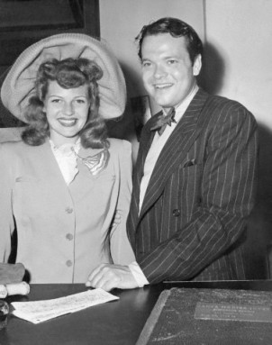 Rita Hayworth and Orson Welles sign their marriage license in 1943.